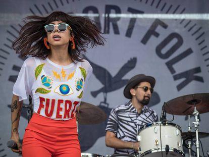 Alynda Segarra durante una actuación con su banda Hurray for the Riff Raff, en un festival en Newport, en julio de 2017.