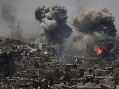 A la desesperada, un puñado de combatientes resiste entre los escombros de la ciudad vieja