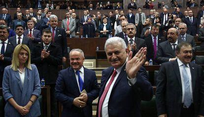 El primer ministro turco, Binali Yildirim, saluda en un encuentro de su partido en el Parlamento.