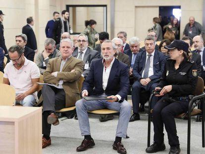 En primera fila, desde la izquierda, Álvaro Pérez, Pablo Crespo y Francisco Correa, en un juicio de Gürtel.