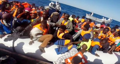 La Guardia Costera italiana rescata a 220 inmigrantes en el Mediterráneo.