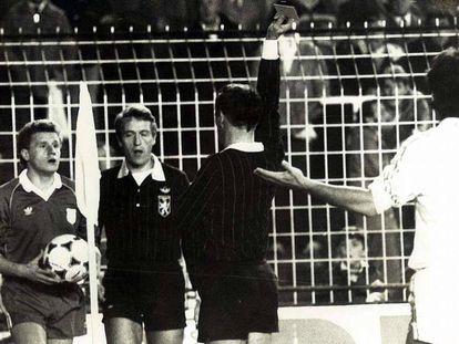 El árbitro Roger Schoeters expulsa a Damir Desnica en el Bernabéu en 1984.