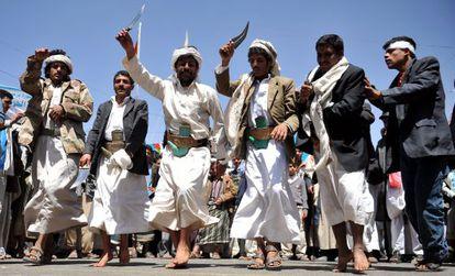 En Saná, manifestantes con dagas tradicionales celebran la convocatoria electoral del martes.