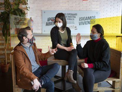 Daniel Mateos, de Defiéndete4M y Paola Solís y Natalia Munévar, de Poder Migrante, en una cafetería, este viernes.