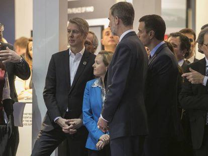 El Rey Felipe VI acompañado por Pedro Sanchez, Quim Torra, Ada Colau, Nuria Marin, Pedro Duque y Elena Salgado, durante la inauguración del Mobile World Congress.
