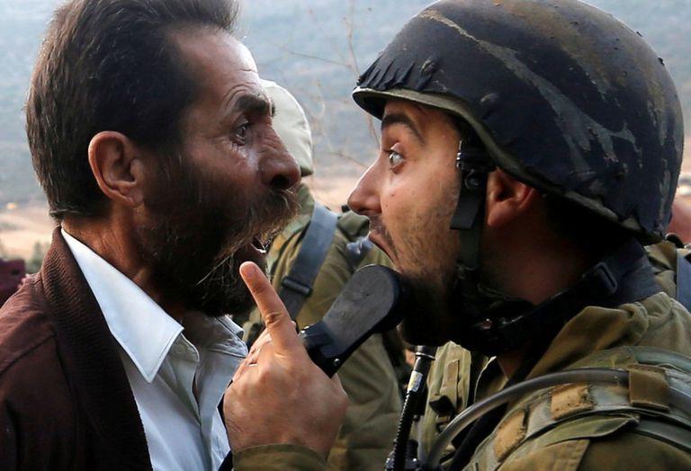 Un hombre palestino discute con un soldado israelí durante los enfrentamientos por una orden sobre el cierre de una escuela palestina en Nablus, Cisjordania.