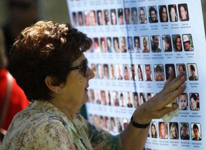 Familiar de una de las víctimas en el el accidente de avión de Spanair, este miércoles en el acto de homenaje.