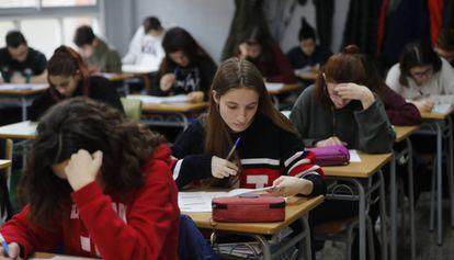 Alumnos del Instituto Fort Pius realizan las pruebas de competencias básicas