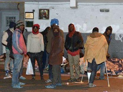 Un grupo de inmigrantes subsaharianos, en las calles de Rabat el pasado sábado, tras ser conducidos desde Melilla por la policía marroquí
