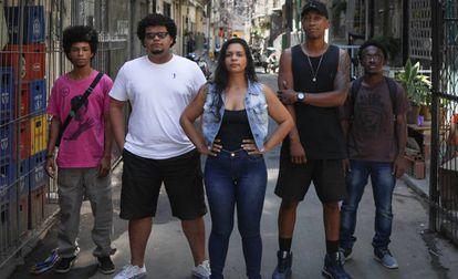 Felipe, Wagner, James y Arthur, con la investigadora Camila Barros en la favela Maré, en Río de Janeiro.