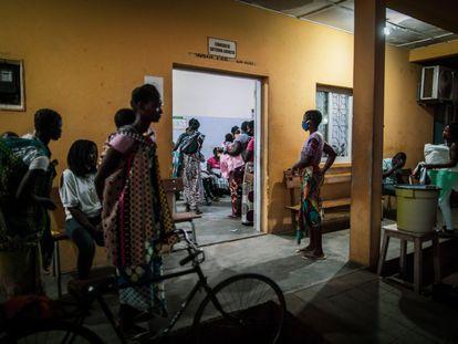 Entrada a las urgencias de pediátricas del Hospital Distrital de Mopeia, lleno de madres con niños enfermos y síntomas de malaria.
