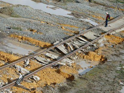Vías de la línea de tren de media distancia Sevilla-Málaga dañadas por una riada en 2017, lo que causó un descarrilamiento.