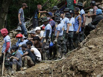 Algunos de los miembros de los equipos de rescate que buscan atrapados en la mina de Itogon.
