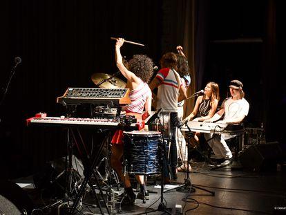 Maika Makovski, acompañada de su banda, en el concierto del sábado en la sala BBK
