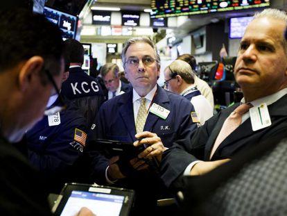 Varios corredores de bolsa trabajan en la Bolsa de Nueva York