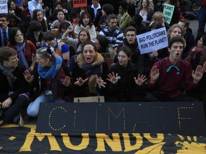Activistas de Fridays for Future concentrados el viernes a las puertas del recinto de Ifema de Madrid. En vídeo, declaraciones de Andrés Andarretche, Coordinador chileno y presidente de la COP25.