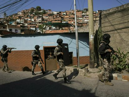 Miembros de la Policia Nacional Bolivariana patrullan en un barrio de Caracas, Venezuela.