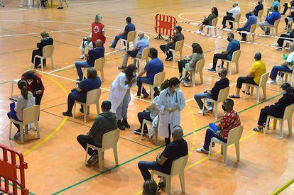 Vacunación en un polideportivo de Ceuta este sábado.