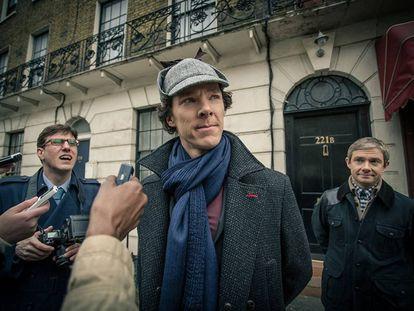 Bennedict Cumberbatch, como Sherlock Holmes. A la derecha, Martin Freeman, el doctor Watson.