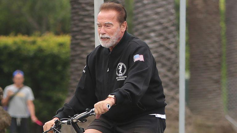 Arnold Schwarzenegger, en bicicleta por Santa Mónica.