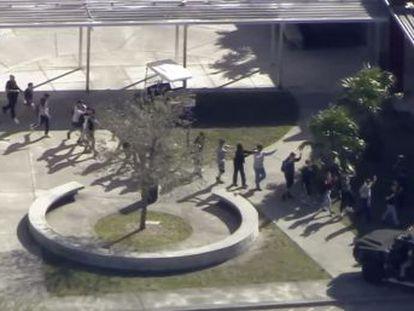 El tirador, expulsado por indisciplina del centro, solitario y obsesionado con las armas, lanzó bombas de humo, disparó con un fusil de asalto y fue detenido fuera de la escuela