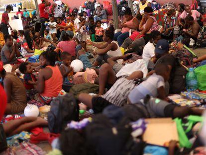 Haitianos desalojados de Texas se amontonan en un albergue en Monterrey (México), este viernes.