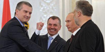 A la izquierda, el primer ministro de Crimea, Serguéi Axiónov.