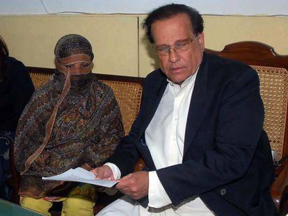 Salman Taseer, gobernador de la región Pakistaní de Punjab, junto a la cristiana Asia Bibi, en una imagen de 2010.