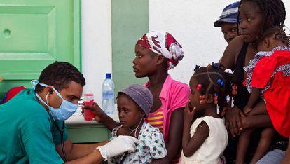 Un médico cubana trata a unos pacientes afectados de cólera en un hospital de L'Estere, Haití.