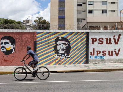 Un mural con los retratos de Nicolás Maduro y Ernesto 'Che' Guevara en Caracas, a finales de julio.