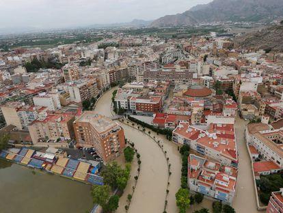 Vista aérea de la ciudad de Orihuela (Alicante) con el río Segura desbordado, este sábado. En vídeo, la gota fría inunda Orihuela.