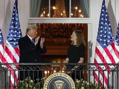 El presidente Trump, junto a la juez Amy Coney Barrett, este lunes en la Casa Blanca.