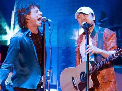 Mick Jagger, a la izquierda, con el rockero chino Cui Jian, en un momento del concierto.