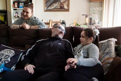 José Carlos Márquez, con su esposa Juana Sanchidrián y su hija Ruth, este jueves en el salón de su piso de Móstoles, al sur de Madrid.