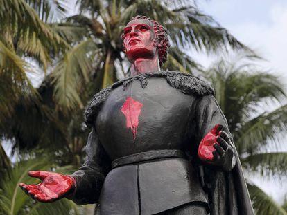 La estatua de Cristóbal Colón en el parque de Bayfront en Miami, vandalizada con pintura roja el pasado julio.