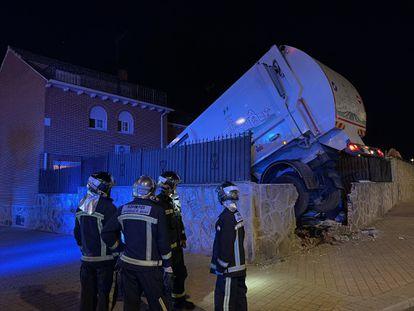 El camión, empotrado en la vivienda de la calle Milán de Parla.
