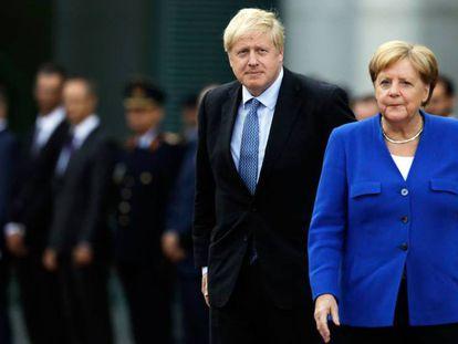 El primer ministro británico, Boris Johnson, y la canciller alemana, Angela Merkel, este miércoles en Berlín. En vídeo, declaraciones de Johnson.