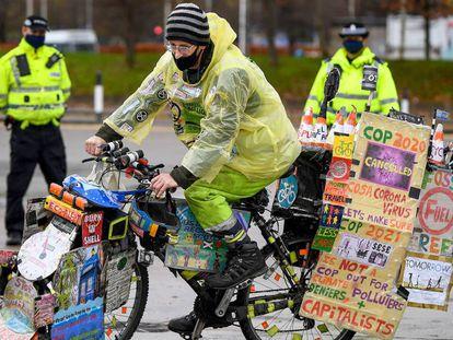 Activista en una manifestación por negociaciones climáticas de la ONU COP26, en Glasgow, Escocia. La 26ª conferencia de las Naciones Unidas sobre el cambio climático se habría celebrado este noviembre de 2020, pero se retrasó un año debido a la pandemia de la covid-19.