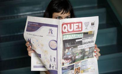 Una joven lee el ejemplar de hoy del diario 'Qué!'.