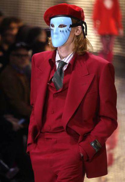 Un model presenta una de las creaciones de Gucci en la Semana de la Moda de Milán, el miércoles.