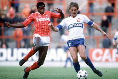 El Nottingham Forest de Brian Clough, ganador de dos Copas de Europa, convirtió a Justin Fashanu (izquierda), en 1981, en el primer futbolista negro por el que se pagó un millón de libras.