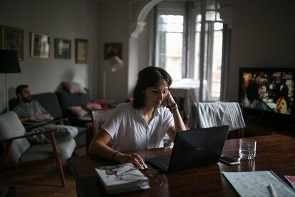 Laura Adami prepara su tesis en el comedor de su piso compartido