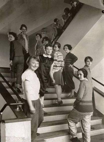 Las tejedoras en la escalera dela Bauhaus, 1927.
