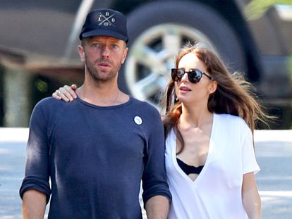 El cantante de Coldplay Chris Martin y la actriz Dakota Johnson en los Hamptons durante el verano de 2019.