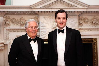 Mervyn King, gobernador del Banco de Inglaterra, a la izquierda, y  George Osborne, ministro de Economía, posand durante un acto el pasado 16 de junio.