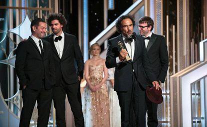 En los Globos de Oro, 'Birdman' consiguió el galardón para el mejor actor de comedia, Michael Keaton, y el mejor guion. En la imagen, Iñárritu recoge el premio junto a Nicolás Giacobone, Armando Bo y Alexander Dinelaris.