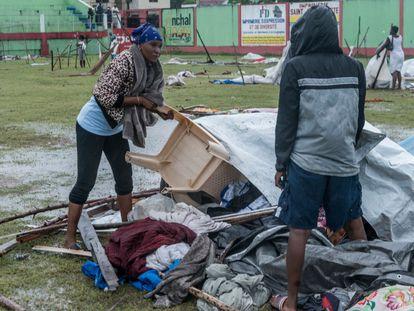 Varias personas construyen refugios previsorios en Los Cayos, Haití, este martes.