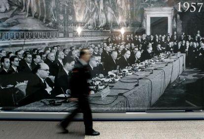 Imagen tomada en 2007 en Bruselas ante una foto de la firma del Tratado de Roma en 1957.