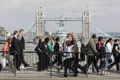 Ciudadanos londineses vuelven a casa andando en la tarde del pasado día 7, después de que las autoridades decidieran suspender el transporte público.