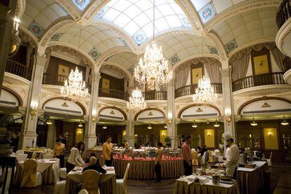Salón del Hotel Astor, en Shanghái, diseñado por el arquitecto español Abelardo Lafuente.